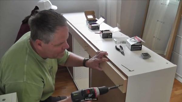 他從IKEA買了7個櫥櫃堆在房間,知道它們的「超神奇功用」後我就佩服到跪在螢幕前了!